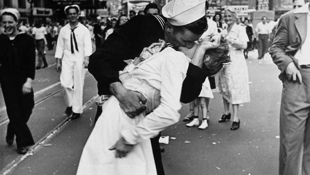 Sailor, nurse from iconic VJ Day photo reunited