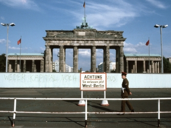 Berlin Wall - Cold War - HISTORY.com