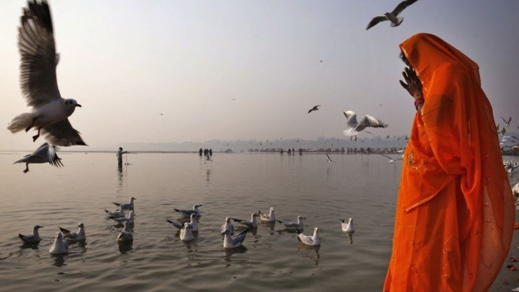 More than 100 bodies recovered from India's Ganges - BBC News